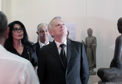 M. J. M. Heyrault visite les colletions de sculptures au Musée National