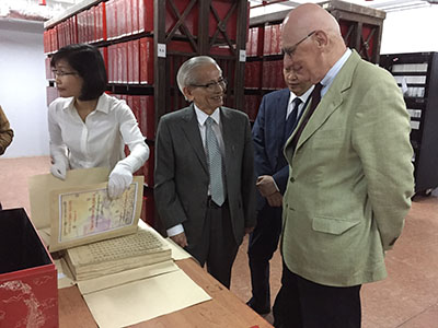 Professors Zink and Phan Huy Lê visit the royal archive of the Nguyễn dynasty (National Archives, centre No. 1)